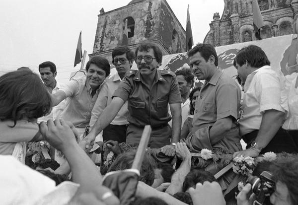Líderes del FSLN en 1984 junto a simpatizantes. (AP Photo/Jeff Robbins, File)