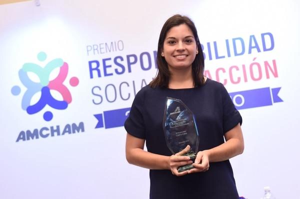 La periodista Cristina Fallas recibió el premio Alberto Martén Chavarria de AmCham
