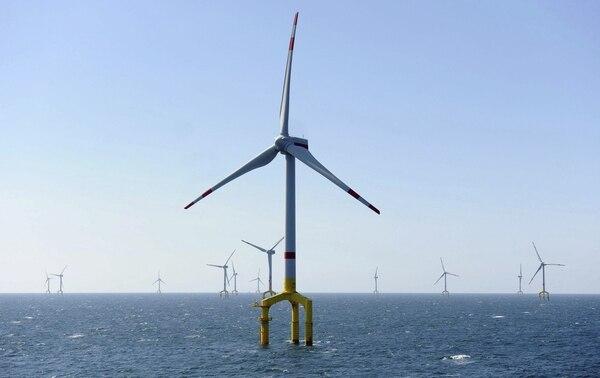 NBV04 BORKUM (ALEMANIA), 26/08/2013.- Vista general de los molinos de viento que han sido inaugurados hoy por el ministro alemán de Economía, Philipp Rösler (no en la imagen) en lo que supone una nueva sección de la central de energía eólica situada en el Mar del Norte, cerca de la localidad de Borkum en Alemania hoy 26 de agosto de 2013. EFE/Carmen Jaspersen