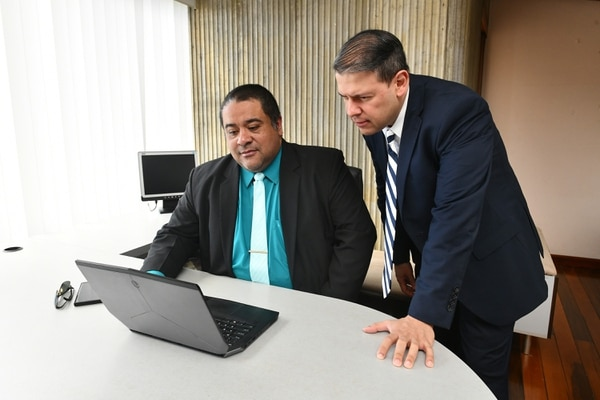 Victor Solano y Benjamín Gutiérrez encabezan el proyecto de este asistente virtual. (Foto Jorge Castillo)