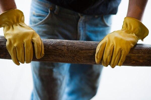 La foto corresponde a un trabajador que hacía fila en una agencia temporal de empleo en Williston, Dakota del Norte. Los pedidos de ayuda por desempleo más bien subieron por segunda semana consecutiva a finales del mes pasado.