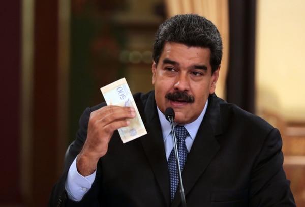 El presidente Nicolás Maduro presentó nuevas monedas en el marco de nuevas medidas económicas, durante la transmisión de un programa de televisión en el palacio presidencial de Miraflores, en Caracas, el 17 de agosto del 2018. Foto: AFP