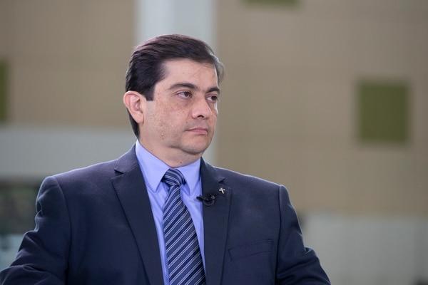 Carlos Vargas, director general de Tributación, considera que las modificaciones y las respuestas a los contribuyentes más bien ayudan a aclarar confusiones en diversos temas. Fotografía: Alejandro Gamboa Madrigal.