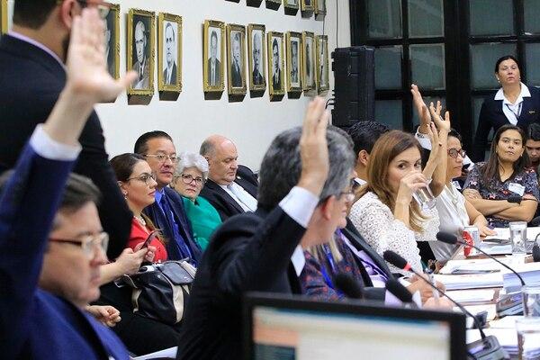 El ministro de la Presidencia, Rodolfo Piza, y la ministra de Hacienda, Rocío Aguilar, estuvieron presentes en varias de las sesiones de la comisión que vio la reforma fiscal, revisando el avance del proyecto. Foto: Rafael Pacheco