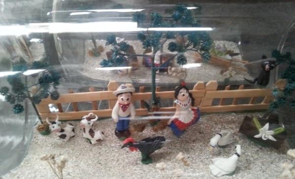 Esta es una granja hecha de porcelana y madera. En algunos casos se colocan en botellas. (Foto: Miniaturas Casval CR para EF).