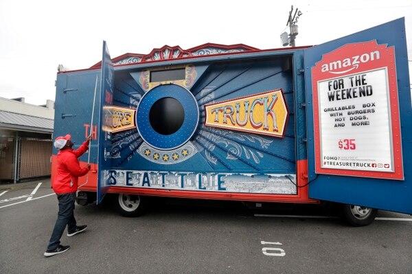 El Camión del Tesoro de Amazon reparte carne y mariscos. (AP Photo/Elaine Thompson)