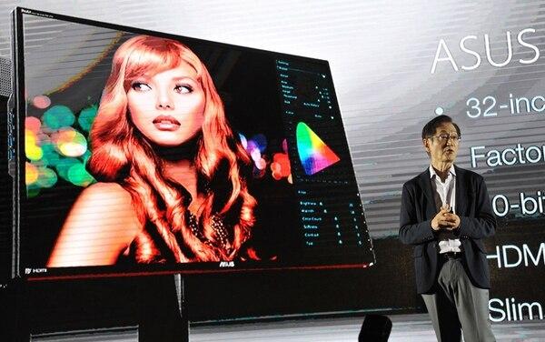 Jonney Shih, presidente de ASUS, introduce el nuevo monitor ProArt PA328Q durante la feria de tecnología Computex que se realiza en Taipei.