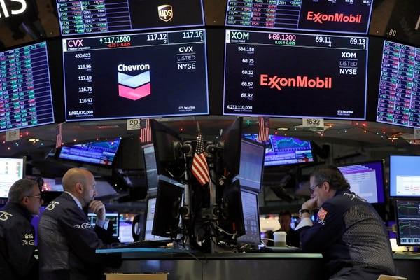 Los especialistas Anthony Rinaldi, James Denaro y Gregg Maloney, vivieron en primera fila los records impuestos en Wall Street este mes. Foto: AP