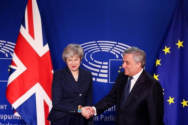 El presidente del Parlamento Europeo, Antonio Tajani (derecha) le da la mano a la primera ministra británica, Theresa May, antes de sus conversaciones en el Parlamento Europeo en Bruselas. Foto: AFP