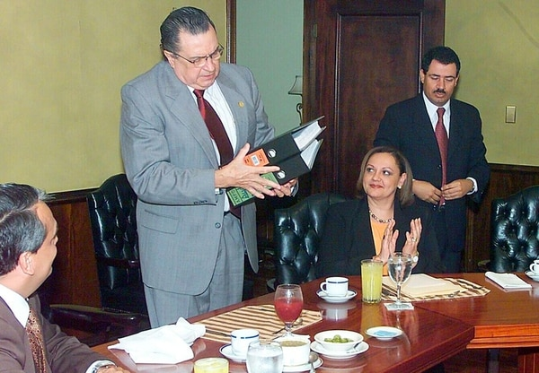 Accidentado. Abel Pacheco intentó en su administración la aprobación de un plan fiscal. La tarea se le encomendó a Mario Redondo (der.), quien no pudo evitar los errores en el trámite del plan, desde la presidencia del Congreso.