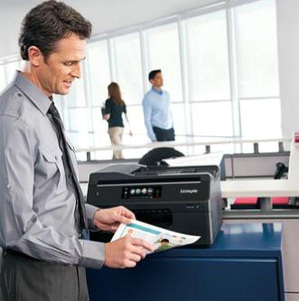 Una de las tendencias es la consolidación de multifuncionales por piso o departamento, con lo que un equipo puede ser usado por más usuarios. Además, las firmas ofrecen servicios donde ellas se encargan del mantenimiento y actualización. Otro de los fabricantes es Lexmark.