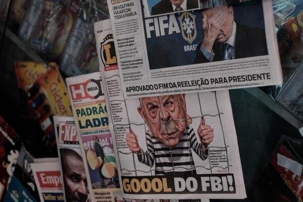 El escándalo por presuntos actos de corrupción entre altos dirigentes de la FIFA quedó retratado en diversas portadas de los periódicos a nivel mundial.