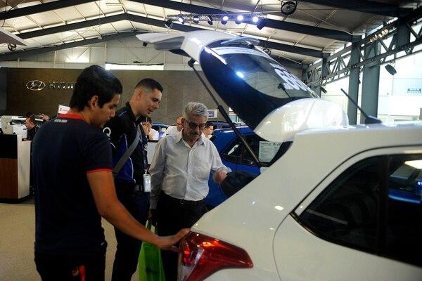 Si está dispuesto a comprar vehículo, sepa que, además de las condiciones que le ofrecen, puede negociar otros beneficios, como 'cashback' extra, marchamo 2020 y otros servicios adicionales.