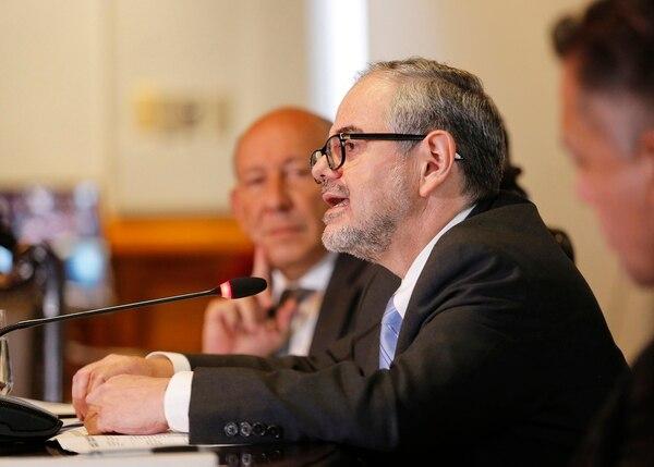Bernardo Alfaro, superintendente general de entidades financieras, defiende que poner tasas de usura en este momento podría excluir a las personas del acceso a crédito. Fotografía: Albert Marín.