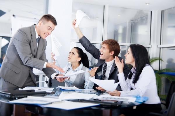 Algunos de los conflictos que pueden surgir están relacionados con cómo se distribuirán los dividendos y utilidades de la empresa.