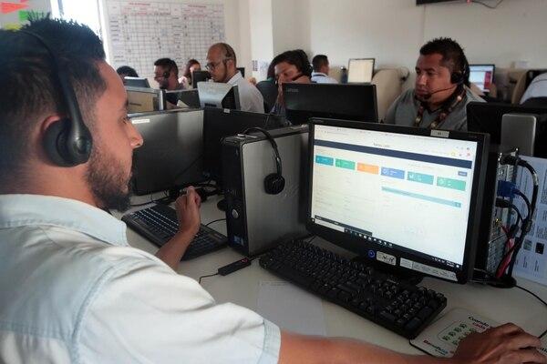 Luis Campos, del centro de llamadas de Arcersa, muestra el sistema, que se empezó a utilizar para este servicio y luego se potencializó para puntos de ventas. (Foto Alonso Tenorio)