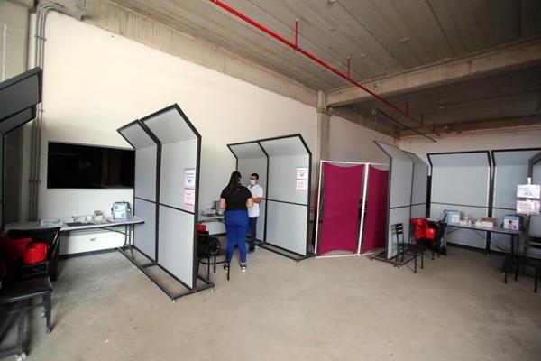 """Mall Zona Centro utilizó """"paredes"""" modulares para que sirvieran de cubículos de vacunación. Fotografía: Alonso Tenorio."""