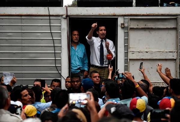 De pomposos escenarios que ocupaban avenidas principales pasó a dar discursos subido en techos de pequeños camiones. AFP para EF.