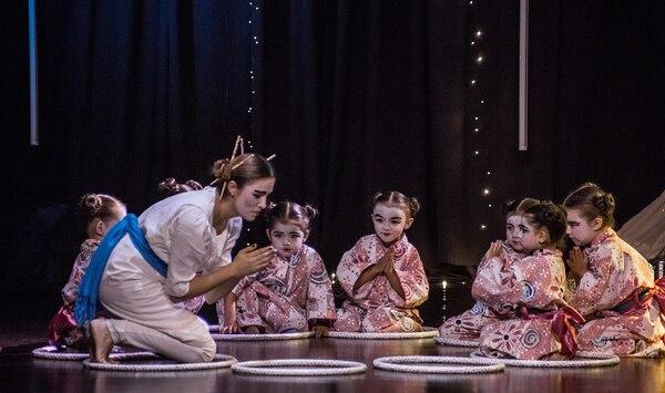 Los niños reciben clases de danza creativa. Foto: Boreal para EF.