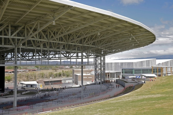 El Anfiteatro Coca Cola tiene capacidad para 16.000 personas, 7.000 bajo techo y 9.000 en el césped. Está diseñado para que, desde cualquier punto, se observe el escenario y se escuche el sonido por igual.