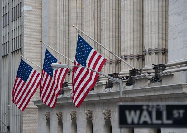 Las acciones de los bancos se desplomaron al continuar la caída del rendimiento de los bonos, lo que significará tasas de interés más bajas para los créditos.