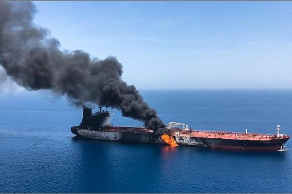 Imagen de la Agencia de Noticias Iraní ISNA reportada como la vista de uno de los buques petroleros atacados en el golfo de Omán. Foto: AFP
