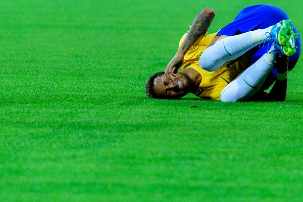 En materia de perder tiempo, los costarricenses no tenemos nada que envidiarle a la estrella del fútbol brasileño y el Paris Saint-Germain.
