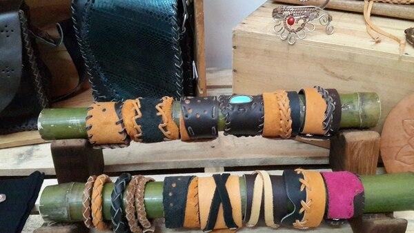 Otro producto de Tsirü son las pulseras hechas de cuero.