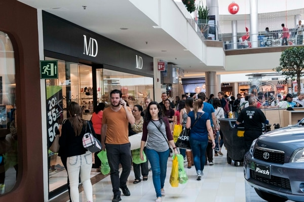 Uno de los errores más comunes ocurre al momento de visitar un centro comercial. El consumidor lleva su tarjeta de crédito, aun cuando su presupuesto ya es limitado y se aventura en compras innecesarias. (Foto: Alejandro Gamboa Madrigal).