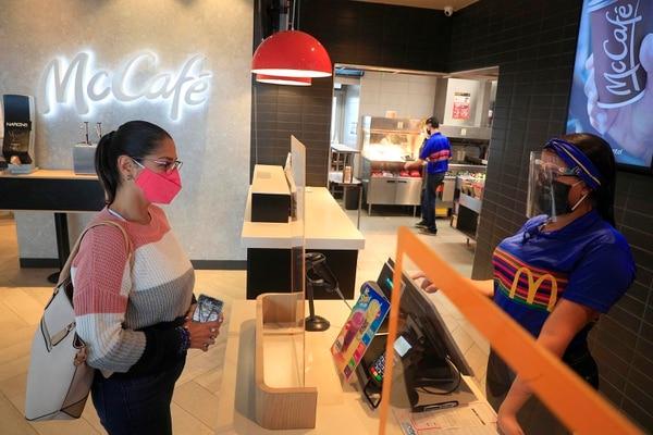 Este mes, el personal de McDonald's cumplirá un año de haber incorporado las caretas y mascarillas a sus uniformes. Foto: Rafael Pacheco