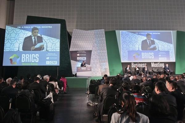 El presidente de la Confederación Nacional de Industria (CNI) brasileña, Robson Braga de Andrade; y el presidente del Consejo Empresarial del BRICS Brasil, Rubens de la Rosa, participan durante una rueda de prensa en el marco de la VI Cumbre de los BRICS, en Brasil.