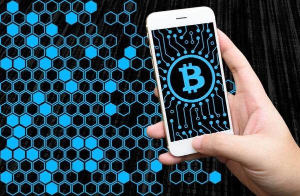 Bitcoin es un tipo de moneda digital o criptomoneda no regulada (descentralizada, sin un banco central regulador), diseñada para evitar los controles de moneda del gobierno y simplificar las transacciones en línea.