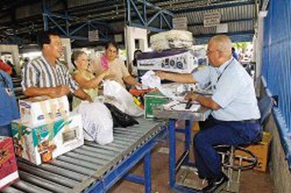 En la actualidad los compradores deben hacer fila para el chequeo de la mercadería comprada. (Foto Abelardo Fonseca / Archivo GN)