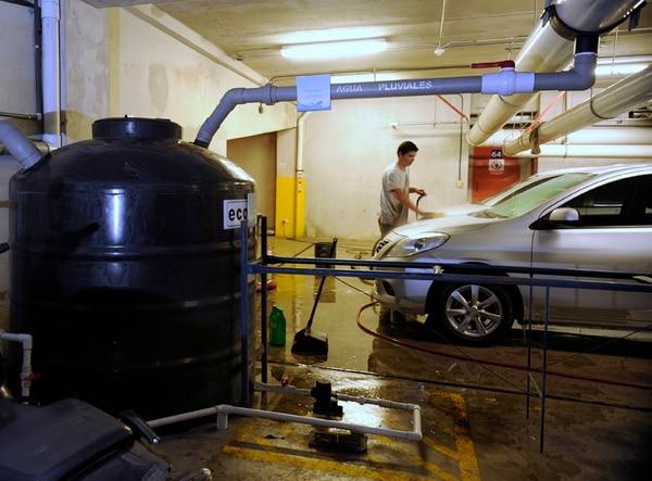 Usar agua de lluvia para lavar vehículos es una de las medidas que se implementan en Plaza Roble, uno de los proyectos que le pertenece a Grupo Roble. Este también ejecuta acciones en sus centros comerciales Multiplaza.
