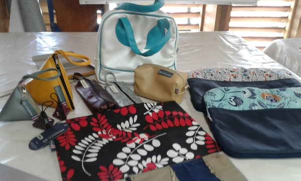 Monederos, cosmetiqueras, bolsos, loncheras, maletines y más son parte de la oferta de Entre Costuras. (Foto: Entre Costuras para EF).