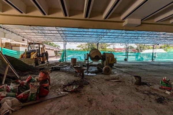 Esta es la terraza, el área social junto a la piscina (al fondo) que aún está en remodelación. Fotografía José Cordero