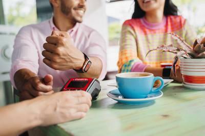 BAC Credomatic introduce pagos de compras mediante relojes inteligentes Garmin y Fitbit