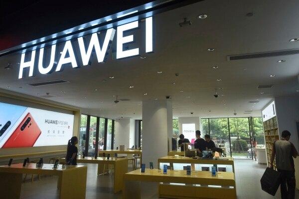 Apenas 2% del equipo de telecomunicaciones comprado por las empresas de telefonía en Norteamérica en 2017 fue fabricado por Huawei.. (Foto Chinatopix vía AP)