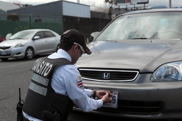 Los propietarios de vehículos que no cancelen el derecho de circulación se exponen a sanciones por parte de la Policía de Tránsito. Foto: Alonso Tenorio.