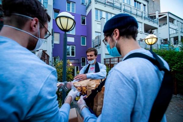 Quedará prohibida la venta de alcohol en la vía pública a partir del miércoles, después de que numerosos cafés y bares —cerrados desde principios de noviembre— habilitaran puestos callejeros para vender vino caliente, una tradición navideña muy arraigada en Alemania. Fotografía: Odd Andersen / AFP.