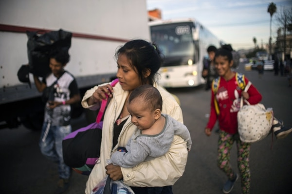 Combatir la inmigración ha sido el estandarte político del presidente Donald Trump, pero su estricta postura y las caóticas medidas fronterizas no han logrado frenar el flujo y, de hecho, los números han ido en aumento desde que asumió el mandato. Foto: AFP