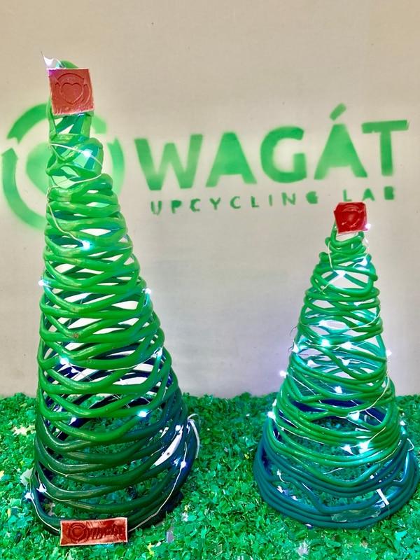 Actualmente ofrecen dos tipos de árboles navideños hechos de plástico reciclado. (Foto cortesía de Wagát Upcycling Lab.)