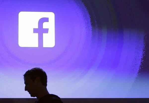 El fundador de Facebook, Mark Zuckerberg camina en el centro de su compañía en Menlo Park, California, Estados Unidos. Facebook atraviesa la mayor crisis de su historia por el robo de datos de más de 87 millones de usuarios de la red social. Fotografía de AP/ Marcio José Sánchez.
