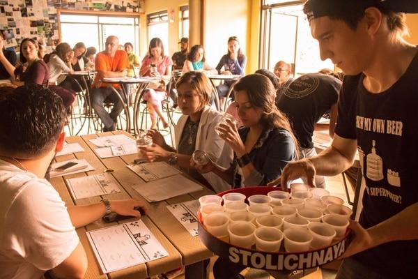 Las capacitaciones son para principiantes y para personas que ya saben hacer cerveza artesanal y quieren mejorar sus técnicas.