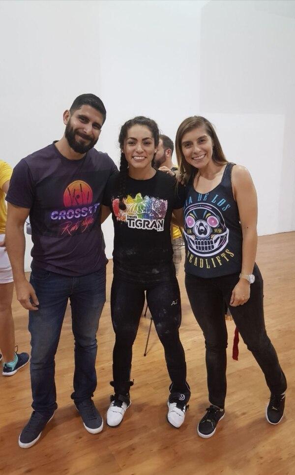 Oscar y Pilar con una compradora durante el RX Challenge en el 2017, cuando se dieron a conocer. (Foto cortesía Soulfit)
