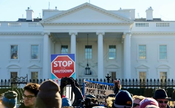 Empleados, contratistas y simpatizantes federales se reunieron el 10 de enero en una manifestación fuera de la Casa Blanca para exigir que el presidente Donald Trump y el Senado reabran el Gobierno después de 19 días de un cierre parcial.