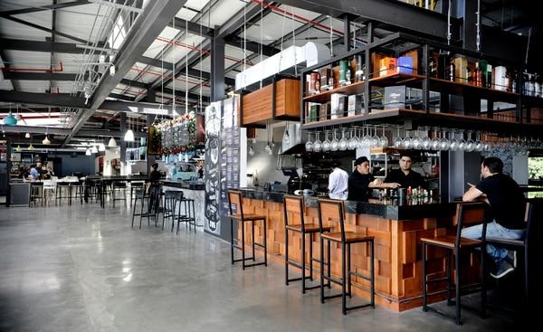 El tamaño de las barras o quioscos permite que se usen espacios para consumir directamente en el local. Foto: Rafael Murillo