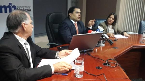 Luis Fallas viceministro de Mideplan, José Francisco Pacheco viceministro de Hacienda y Ana Gabriela Zúñiga viceministra de Presidencia anuncian intervención en Judesur.
