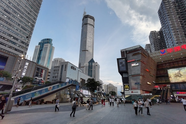 En las grandes ciudades chinas, como Shenzhen, la preferencia por familias pequeñas o incluso por no tener hijos parece ser mayoritaria.(Fotografía: AFP)