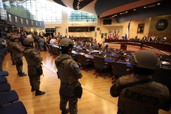 Soldados de las Fuerzas Armadas salvadoreñas entraron al Congreso de ese país junto con el presidente Bukele en febrero del año anterior, cuando el mandatario presionaba a los diputados por la aprobación de un préstamo. (Fotografía: AP)